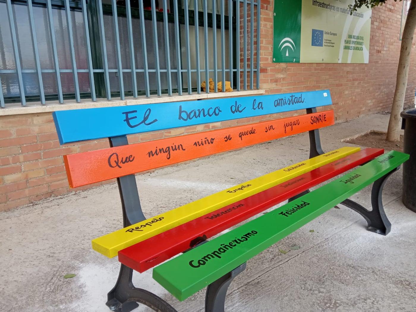 Llegan 'los bancos de la amistad' al colegio de Villanueva de Algaidas - Las 4 Esquinas